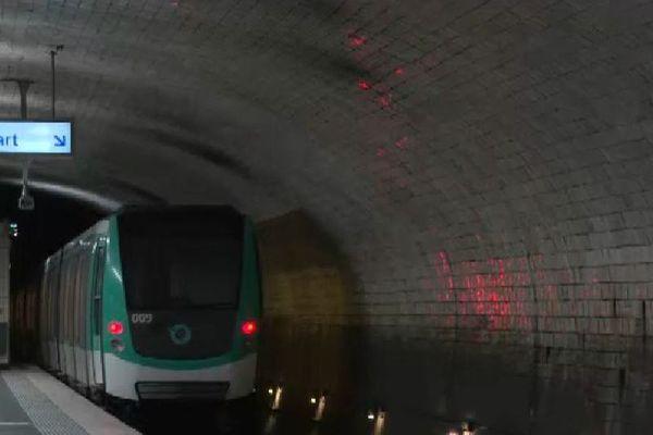 La station Porte Dauphine, sur la ligne 2, comporte des carreaux de céramique datant des origines du métro parisien.