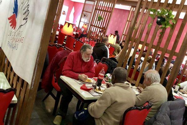 128 étudiants, retraités, migrants ou personnes isolées ont été invités par le Secours Populaire à un repas du nouvel an à Echirolles, près de Grenoble