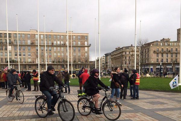 A vélo autour de la mairie du Havre, contre la réforme des retraites