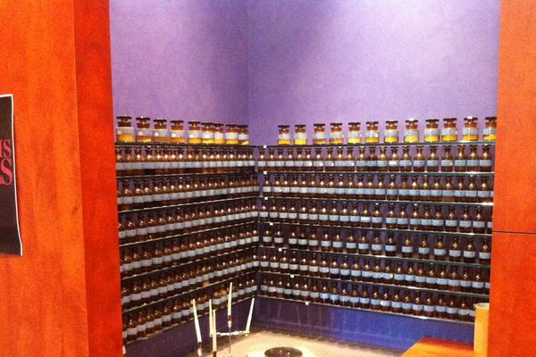 L'orgue des produits à l'osmothèque de Versailles, la base d'un nez de la parfumerie pour créer le parfum.