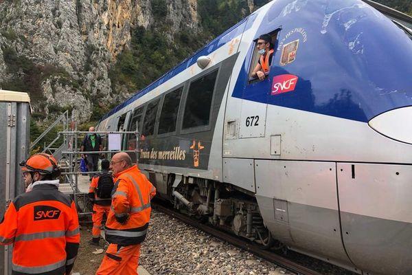 Le train des merveilles va jusqu'à Saint-Dalmas, un quai provisoire a été installé en amont, les passagers descendent par l'avant du train.