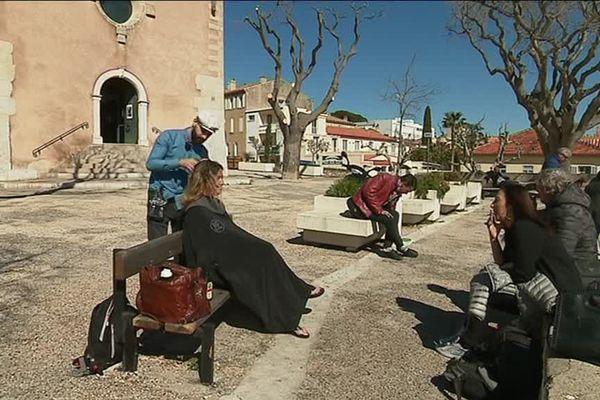 Kevin Ortega coiffe une petite dizaine de personnes de la rue à la Ciotat.