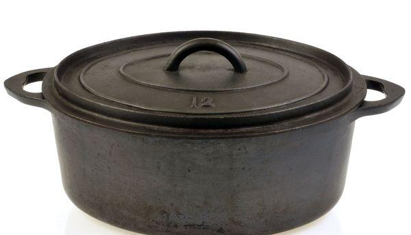 Une cocotte est une sorte de marmite, pourvue d'un couvercle et de poignées, en fonte, aluminium ou tôle d'acier émaillée, destinée à la cuisson des aliments.
