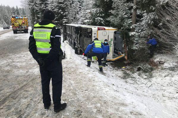 Le car scolaire s'est renversé dans un talus vers 8h30 ce matin, il se rendait vers le collège privé de Labergement-Sainte-Marie.