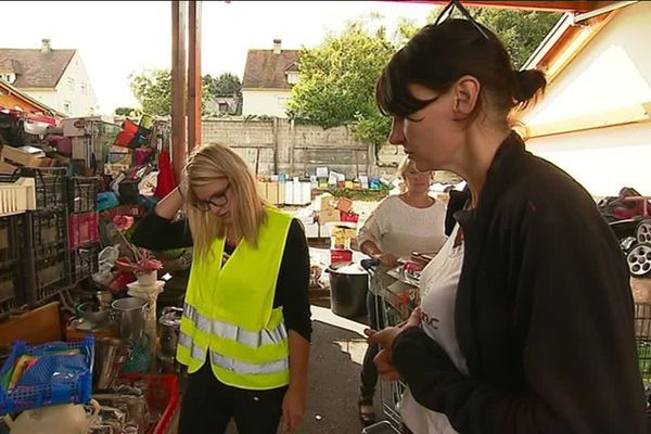 Elodie Galais (à droite) travaille 24 heures par semaine à Emmaüs Pont-Audemer (27)