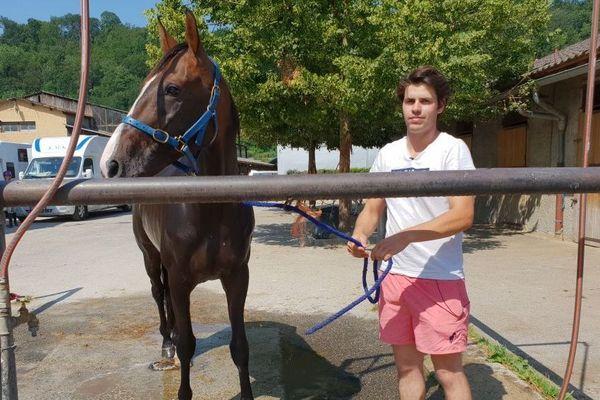 Le cheval Bonheur de Nay à l'heure de la douche sur l'hippodrome d'Aix-les-Bains.