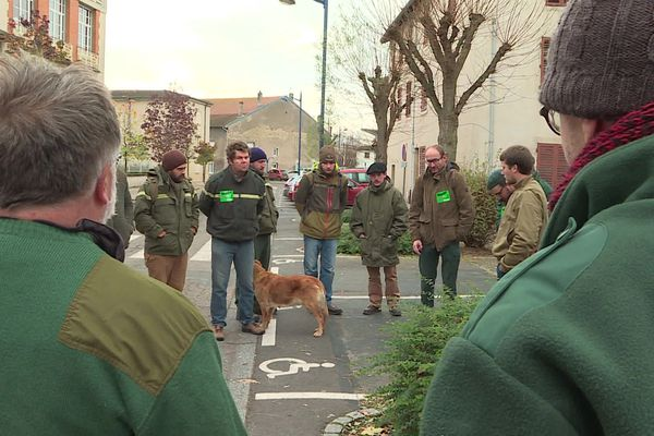 Une quinzaine d'agents de l'ONF ont tenu à rendre un hommage, à Varangéville, à Thomas Carlier, leur collègue qui s'est donné la mort dans les Ardennes le 25 octobre dernier.