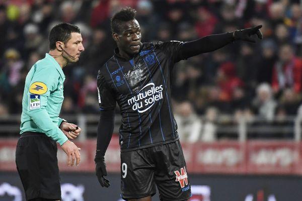 Durant la rencontre Nice-Dijon du 10 février 2018, Mario Balotelli (d) explique à l'arbitre Nicolas Rainville (g) qu'il a entendu des spectateurs proférer des insultes racistes à son encontre