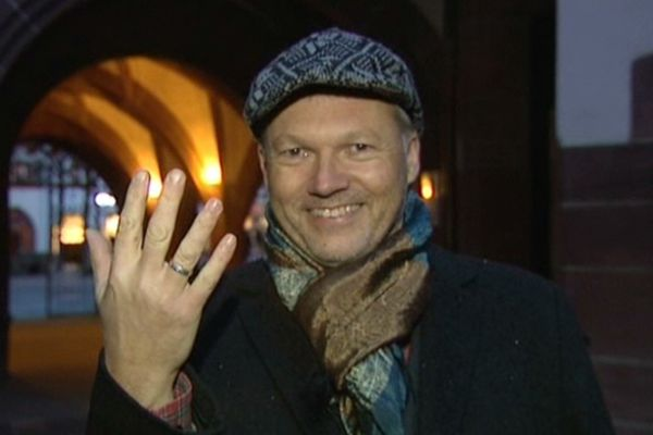 Walter Krögner porte avec fierté une alliance, symbole de son union avec un homme.
