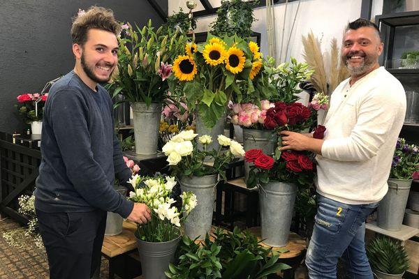 Nicolas Bibaut (à droite sur la photo) et son apprenti Raphaël dans le magasin de fleurs rémois.