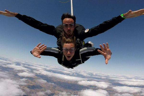 Sauter de 4 000 mètres d'altitude avec un champion en parachute, c'est fait ! Pendant le championnat de France de parachutisme ascensionnel à Vichy, j'ai eu l'occasion de sauter en parachute.