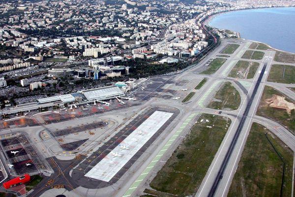 Vue aérienne de l'aéroport Nice Côte d'Azur.