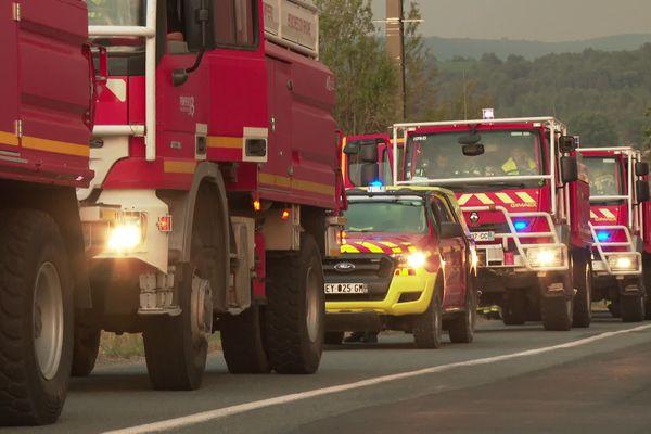 Les pompiers du SDIS 13 en renfort pour aider les hommes du feu de l'Aude sur le front des incendies, ce week-end près de Moux. Le Gard a dépêché 40 sapeurs pompiers mardi soir, pour aider à neutraliser les éventuelles reprises dans les souches où le feu couve encore.