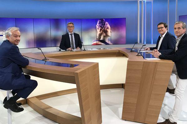 Triangulaire à Sarlat, les trois candidats sont sur le plateau de France 3 Aquitaine autour de Sébastien Bouwy pour le débat du second tour.