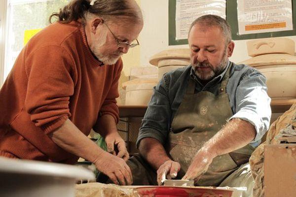 Emmanuel Maubert s'essaye à la poterie à Forges-les-Eaux