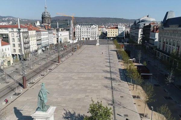 A Clermont-Ferrand, le confinement lié au coronavirus COVID 19 a transformé la physionomie des différents quartiers de la ville, comme ici place de Jaude.