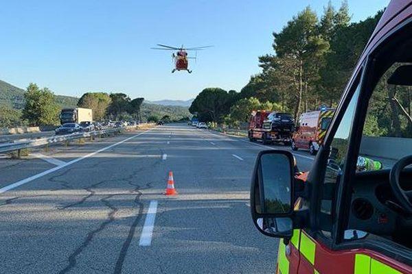 Accident de la route à Fréjus entre une voiture et une moto dimanche 5 juillet : l'A8 a été fermée en direction d'Aix pour permettre à l'hélicoptère de secours de se poser.