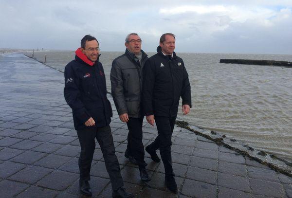 Bruno Retailleau, Yves Auvinet et Christian Prudhomme ce mardi matin sur le passage du Gois en Vendée.