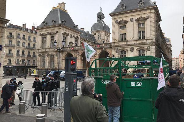 Devant l'Hôtel-de-Ville de Lyon, une mini-ferme symbolique a pu être installée, avec l'accord des forces de l'ordre qui ont bouclé le secteur.