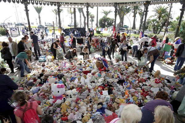 C'est au kiosque à musique qu'avaient été transférés les objets déposés sur la Promenade après l'attentat.
