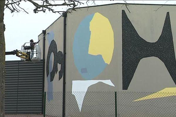 L'artiste Selah sur la façade du Conservatoire des Trois Vallée à Mondeville dans le cadre du Festival Palma 2019