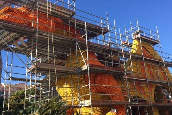 """Cette année, il a fallu importer 140 tonnes de citrons et d'oranges d'Espagne pour le """"fruitage"""" des structures métalliques."""