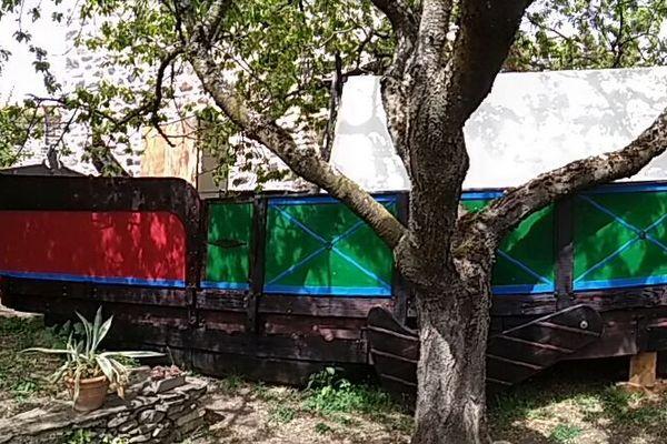 Un aspect suranné mais une technologie innovante : l'Intrépide, ce bateau construit dans le jardin d'un habitant du Puy-de-Dôme, sera tracté par un kite géant.