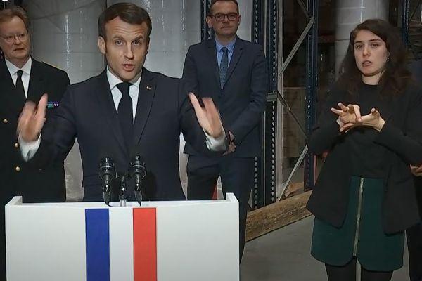 Marion Béguier interprète en langue des signes pendant le discours d'Emmanuel Macron à Saint-Barthélémy d'Anjou