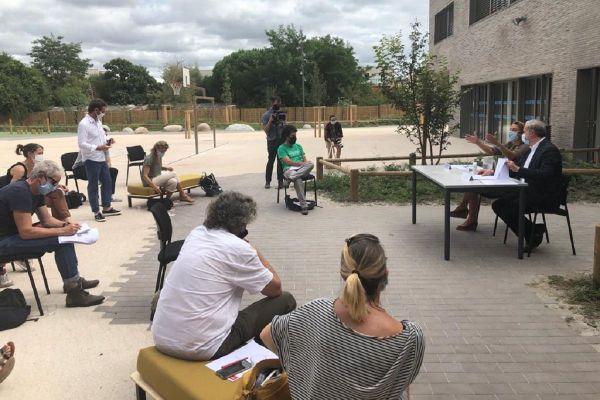 Le maire de Toulouse a tenu une conférence de presse respectant les mesures sanitaires pour présenter la rentrée dans les écoles de la ville.