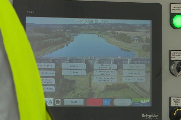 Dans le local technique, un écran permet de visualiser l'ensemble des données du barrage-réservoir et de gérer les flux hydrauliques.