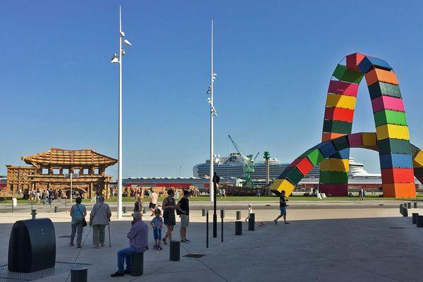 Le Havre - samedi 29 juin 2019 - 18h30. A gauche : la ville éphémère en cartons d'Olivier Grossetête et, à droite, l'arche de conteneurs de Vincent Ganivet. Deux œuvres d'un Eté au Havre