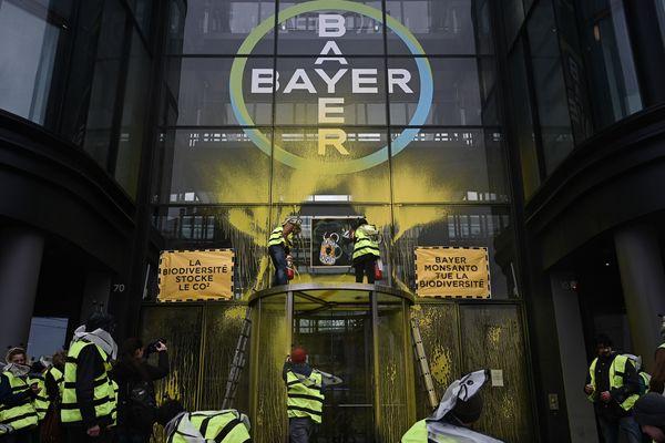 Des militants d'Attac ont recouvert de jaune l'entrée de l'entreprise Bayer à La Garenne-Colombes (Hauts-de-Seine).
