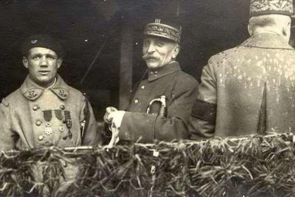 Albert Roche reçoit ses décorations du Maréchal Foch qui le présente comme un libérateur à l'armistice en 1918