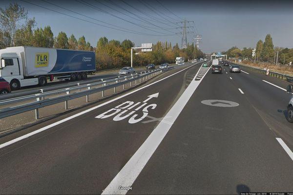 La voix de gauche est réservée aux bus et aux véhicules de secours sur un tronçon de l'A10 qui précède la gare de Massy-Palaiseau