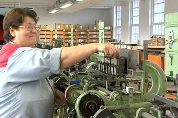 Les gestes et machines sont les mêmes depuis 150 ans chez Bohin, dernier fabricant français d'aiguilles et d'épingles.