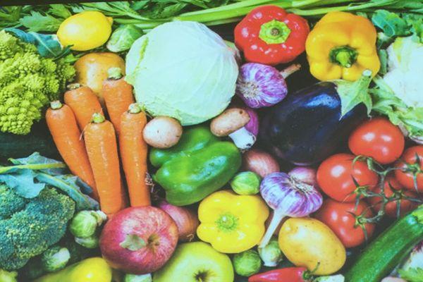 Pour vivre en bonne santé il faut manger beaucoup de légumes verts et de fruits, mais aussi certaines épices