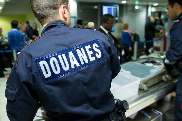Un homme a été arrêté à l'aéroport Roissy-Charles-de-Gaulle alors qu'il transportait 80 oiseaux dans ses bagages à main. (Photo d'illustration)