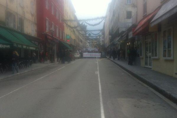 03/12/14 - Le cours Paoli, artère principale de Corte (Haute-Corse) vidé de ses voitures lors de la manifestation