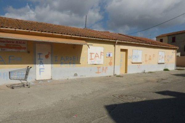 01/08/16 - Des inscriptions à caractère raciste ont été découvertes sur les murs d'un commerce et d'un lieu de culte musulman à Ghisonaccia (Haute-Corse)