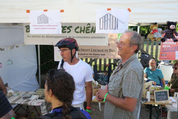 """Fernand Coton, bénévole pour la Primaire populaire"""" à droite de l'image, lors du week-end Slow up à Rougemont"""