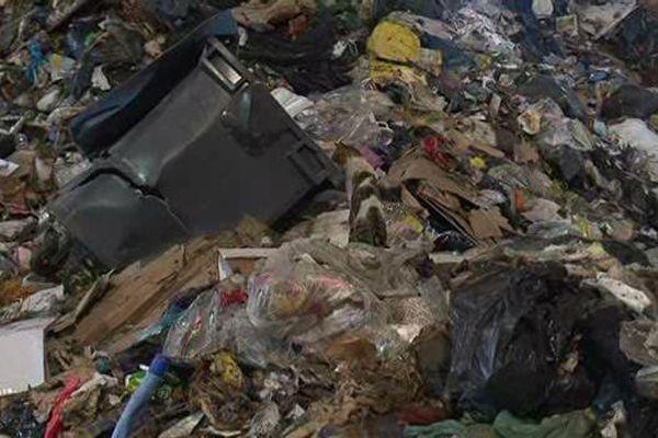 Des déchets au centre d'appoint de déversement des ordures sud de Marseille