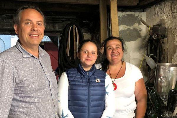Nicole Tapon, dans le chai de la propriété à Montagne, avec son époux Jean-Christophe et leur fille Aliénor.