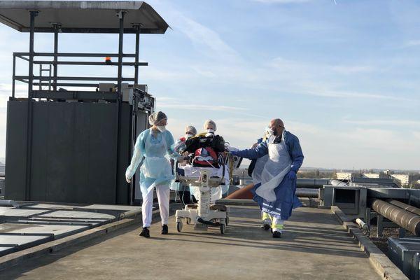 Image d'illustration d'un transfert de patient depuis l'hôpital de Valenciennes vers l'Allemagne, en novembre 2020.