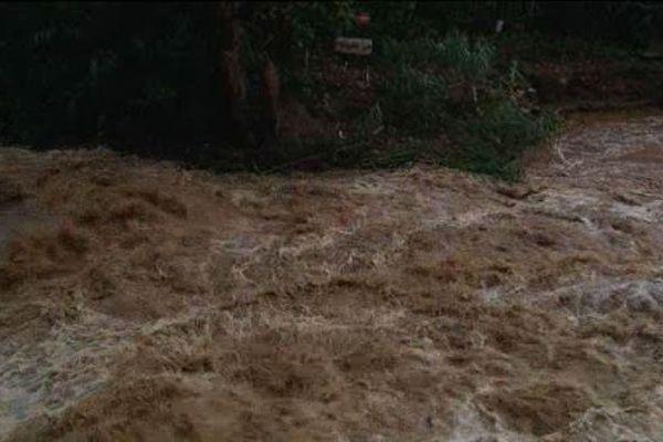 La force du cours d'eau gonflé par les précipitations a fait s'effondrer une partie du pont.