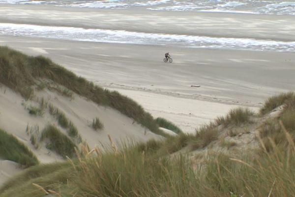 A Fort Mahon plage dans la Somme, les dunes reculent sous la force des vagues.