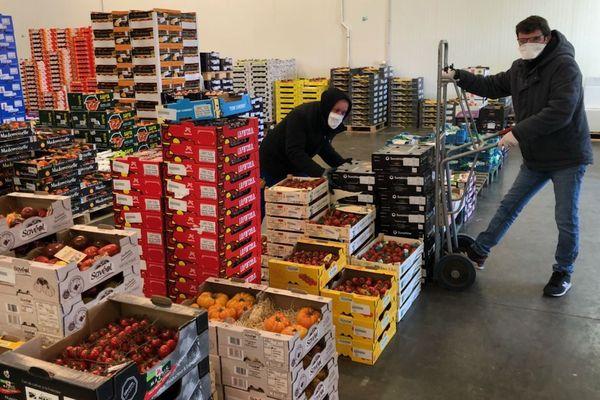 Les grossistes en fruits et légumes de Clermont-Ferrand ont dû se réorganiser et s'adapter avec le confinement lié au coronavirus Covid 19.