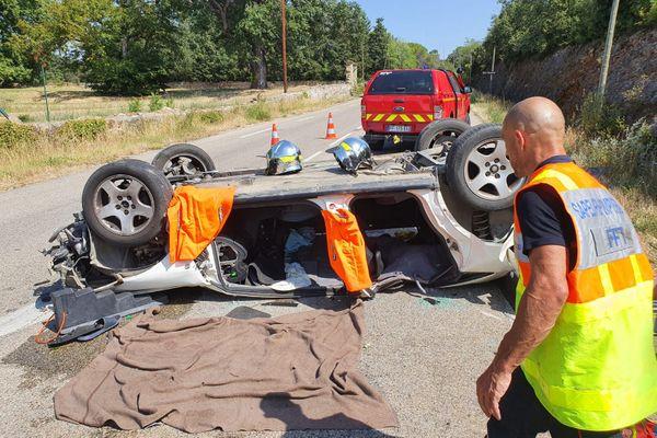 Baron (Gard) - une voiture se retrouve sur le toit, le conducteur gravement blessé - 30 juillet 202o.