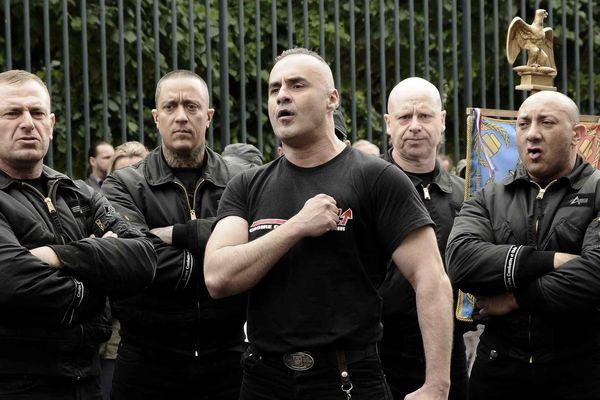 Serge Ayoub (au centre) et 16 autres membres du groupuscule néonazi WWK sont jugés depuis lundi à Amiens