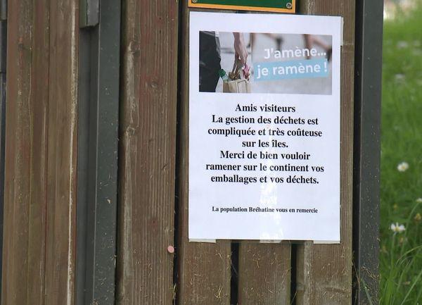 """Affichée à destination des touristes : la campagne """"j'amène, je ramène"""", pour réduire les déchets sur l'île de Bréhat."""