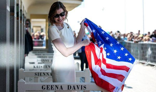 l'actrice américaine Geena Davis dévoile son nom sur la cabine de plage de la promenade des Planches au 45ème festival de Deauville - le 10 septembre 2019
